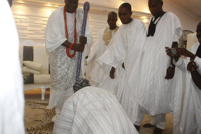 Former President Obasanjo prostrates for Ooni of Ife, Oba Enitan Adeyeye Ogunwusi