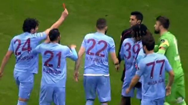 Player show the ref a red card in Turkish league